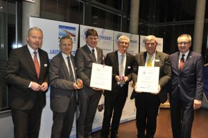 Preisträger Markt Meitingen und SGL Carbon GmbH v.l.n.r.: Norbert Schürmann (KUMAS), Prof. Wolfgang Rommel (bifa), Bürgermeister Dr. Michael Higl (Markt Meitingen), Markus Partik und Dr. Friedrich Rebelein (SGL Carbon GmbH), Thomas Nieborowsky (KUMAS)